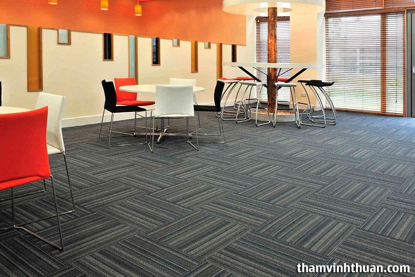 Sự kết hợp giữa thảm và trang trí tạo phong cách cho không gian văn phòng